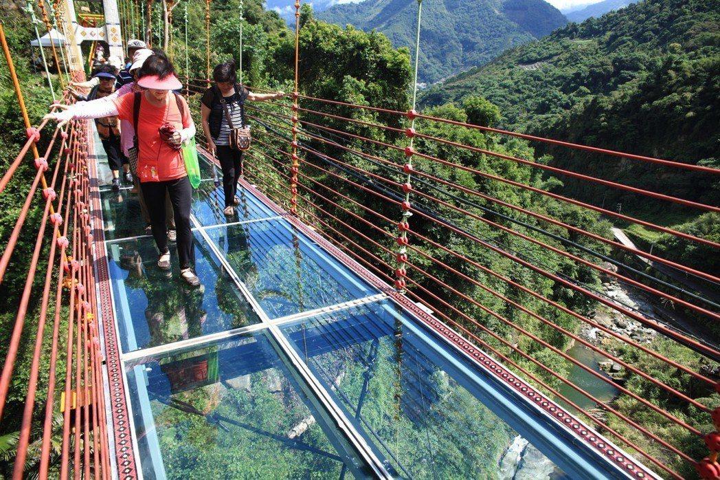 信義鄉琉璃光之橋,透明的橋面,讓人走來腳底發麻。圖/報系資料照