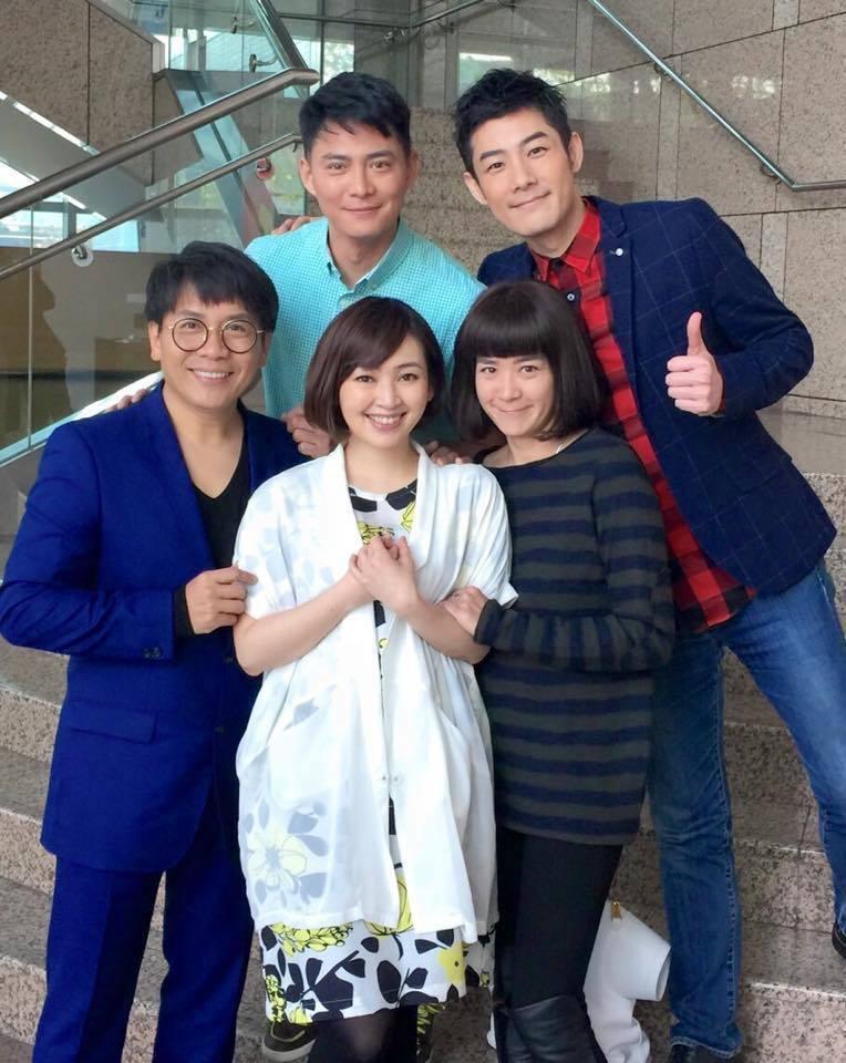 當年「母雞帶小鴨」主要演員陸元琪(右起)、蔡燦得、許傑輝、施易男、韓志杰合體。圖