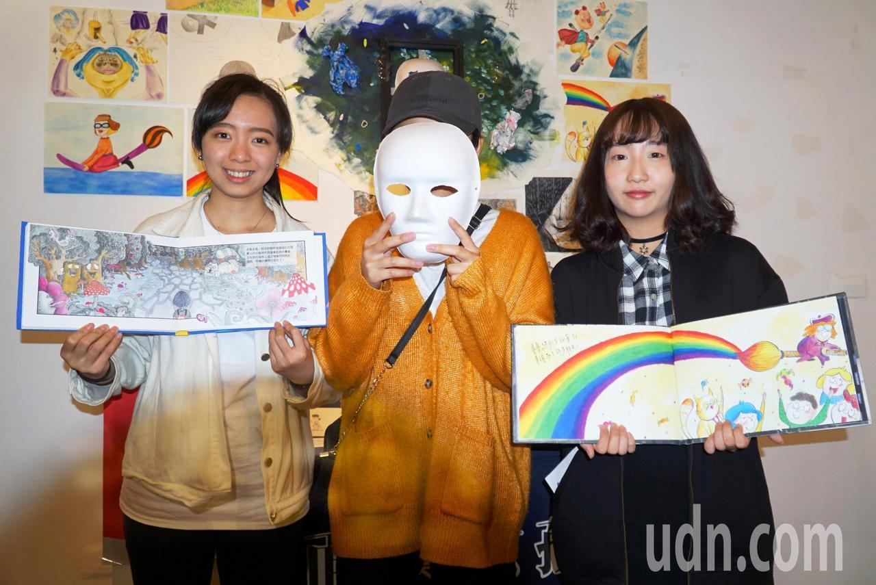 大葉大學視傳系學生創作的「面具。女孩」,用面具象徵困難。記者何烱榮/攝影