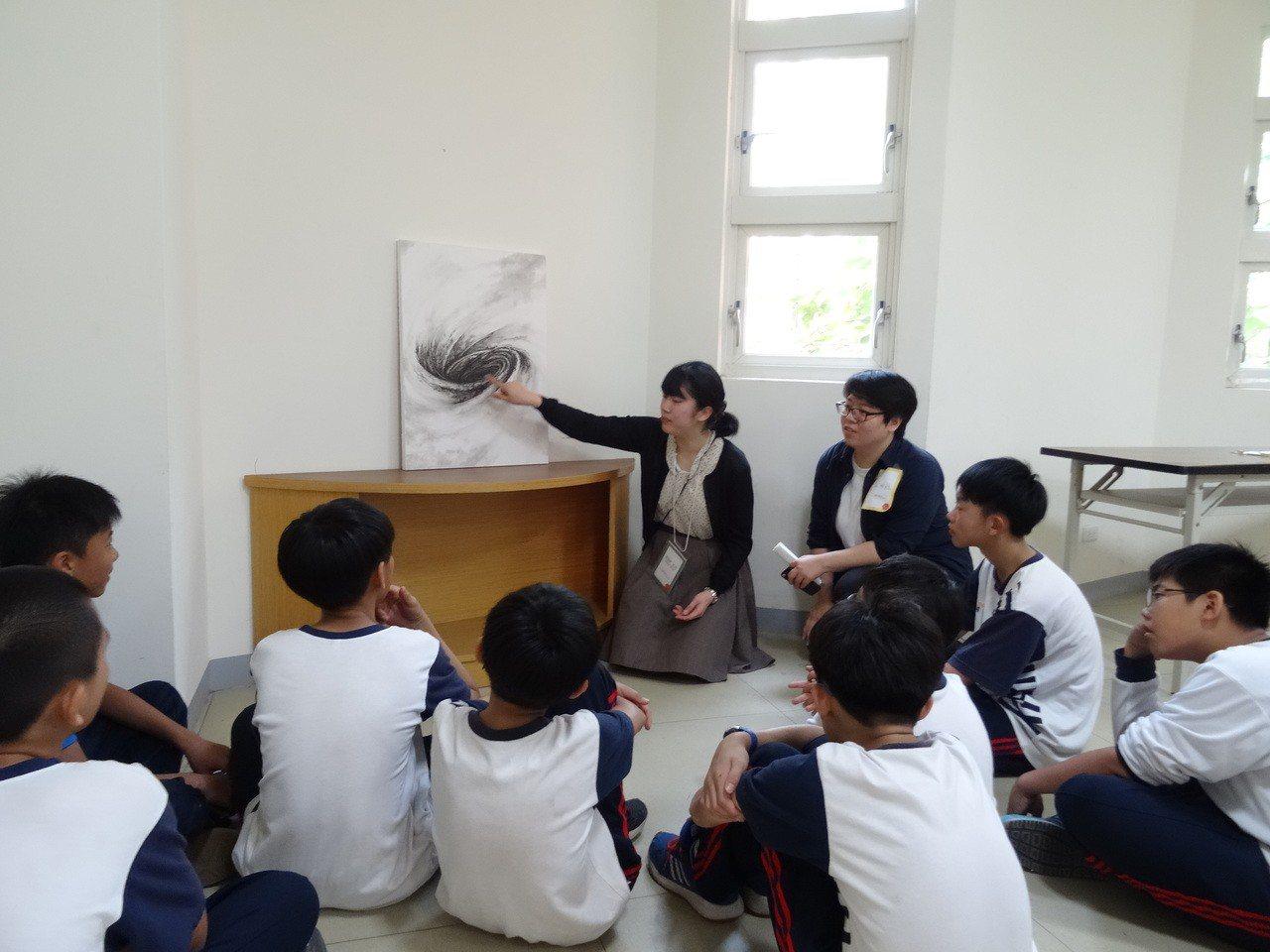 日本武藏野美術大學師生今天到台南後甲國中進行美術教育交流。圖/後甲提供