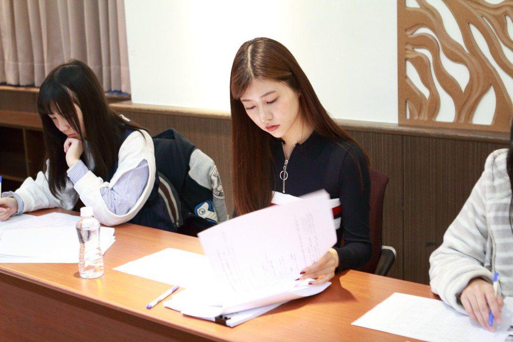 阿部瑪利亞接受中文考試。圖/TPE48 Entertainment提供