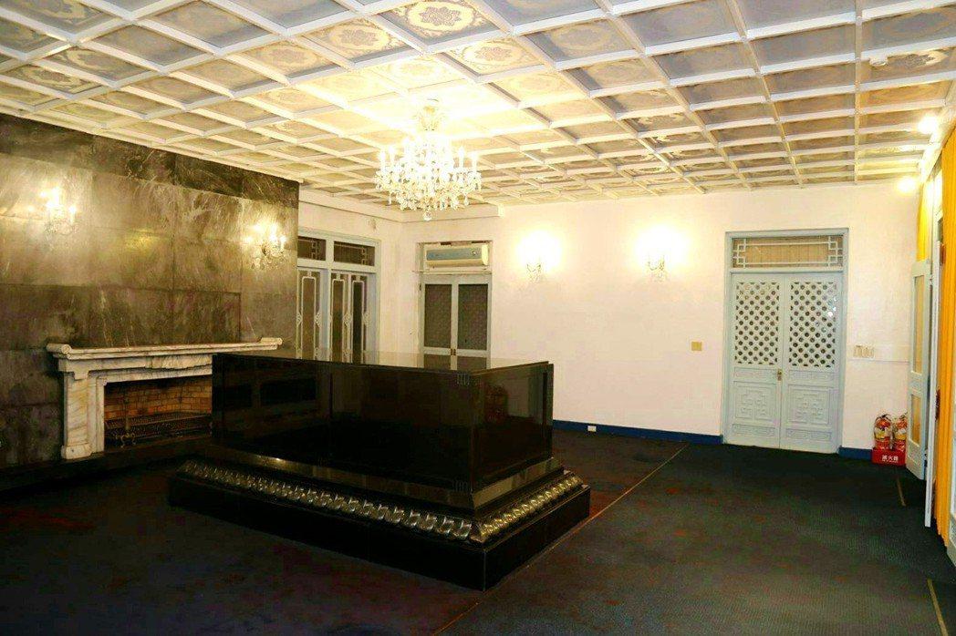 慈湖陵寢遭潑漆後經過初步清理撤下遺像、地毯、窗簾,市府軍方開會決議管制開放範圍,...