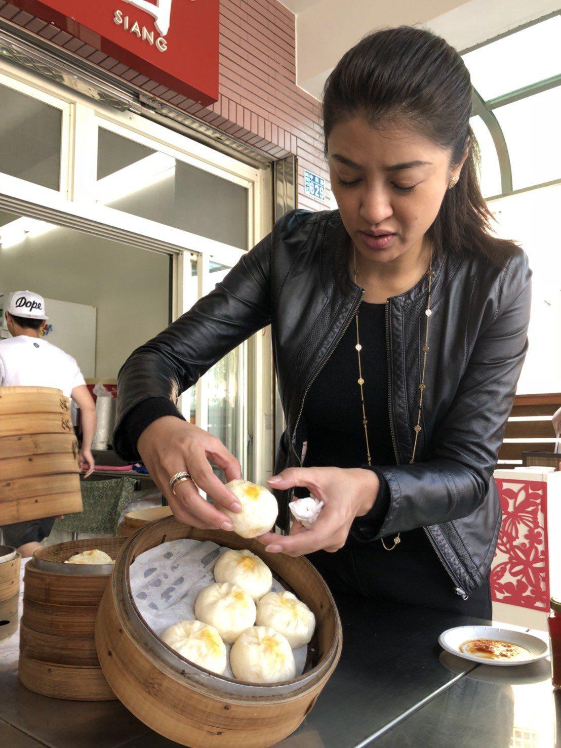 立委許淑華(右)是個美食達人,近期被南投市的爆漿起司小籠包加特製辣醬給收服了。記...