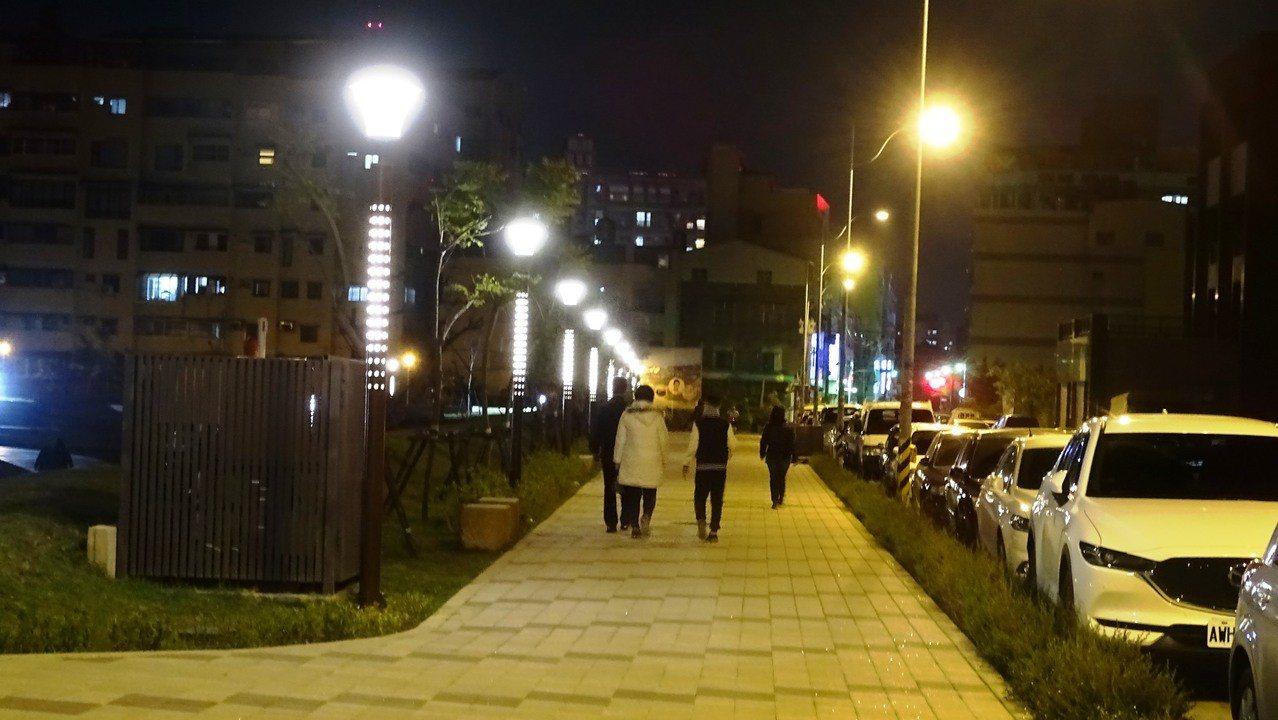 有員林秋紅谷美稱的圓林園公園啟用後,晚上出現「熊抱男」性騷擾落單女子,如今民眾都...
