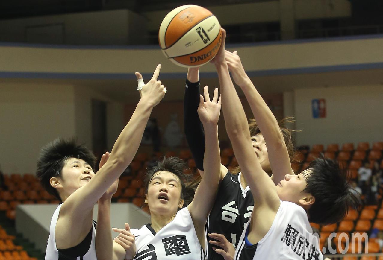 WSBL在板橋體育館進行台元與台電之戰,台元蔡佩真(右二)抓籃板球時,三名台電球...