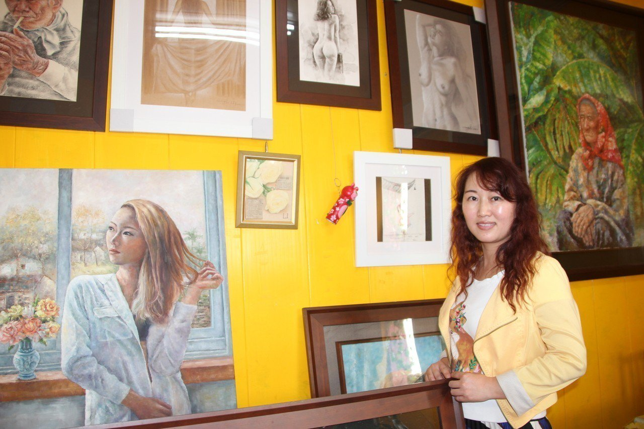 從大陸武漢嫁到台灣18年的王莉6年前開始在彰化偏鄉小學教小朋友畫畫,今年更要出畫...