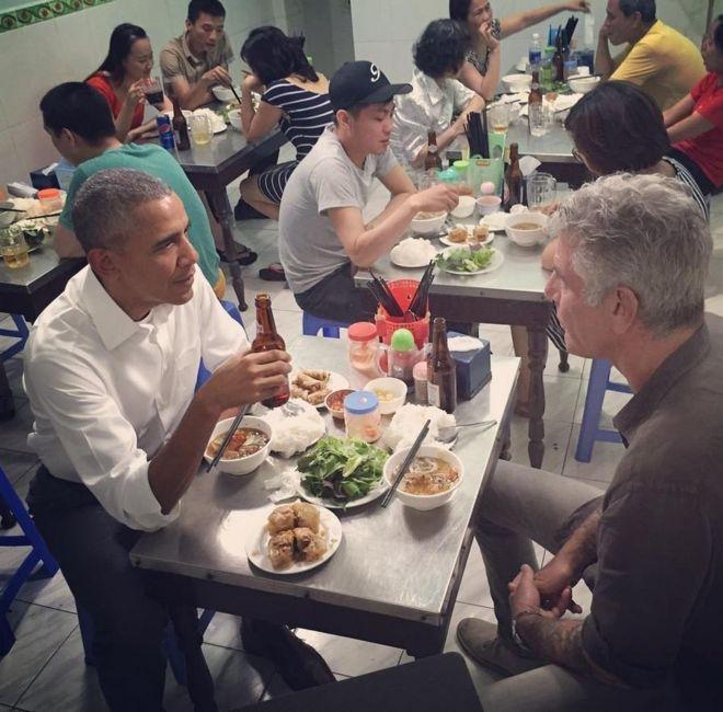 2016年時任美國總統歐巴馬(左)和波登(右)在越南河內一家小吃店大啖河粉。(取...