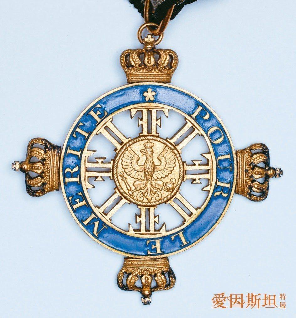 特展展出愛因斯坦獲得普魯士功勳勳章。 圖/希伯來大學愛因斯坦檔案室提供