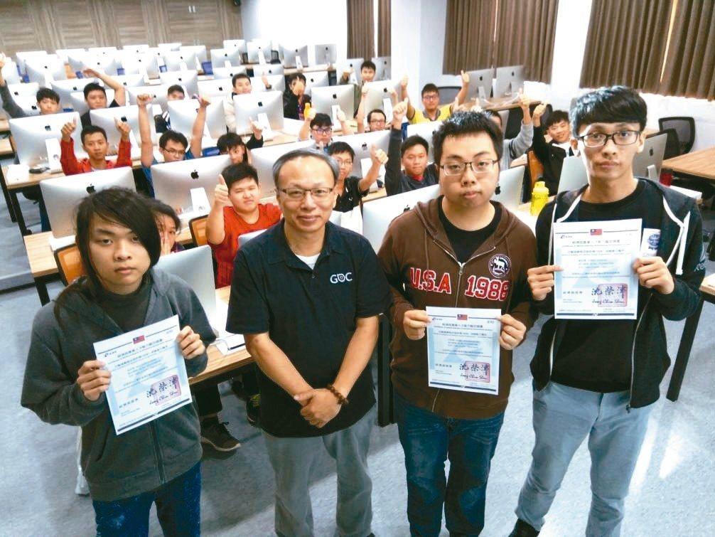 龍華科大多媒體與遊戲發展科學系,今年首度有學生通過行動遊戲程式設計師,未來投入業...