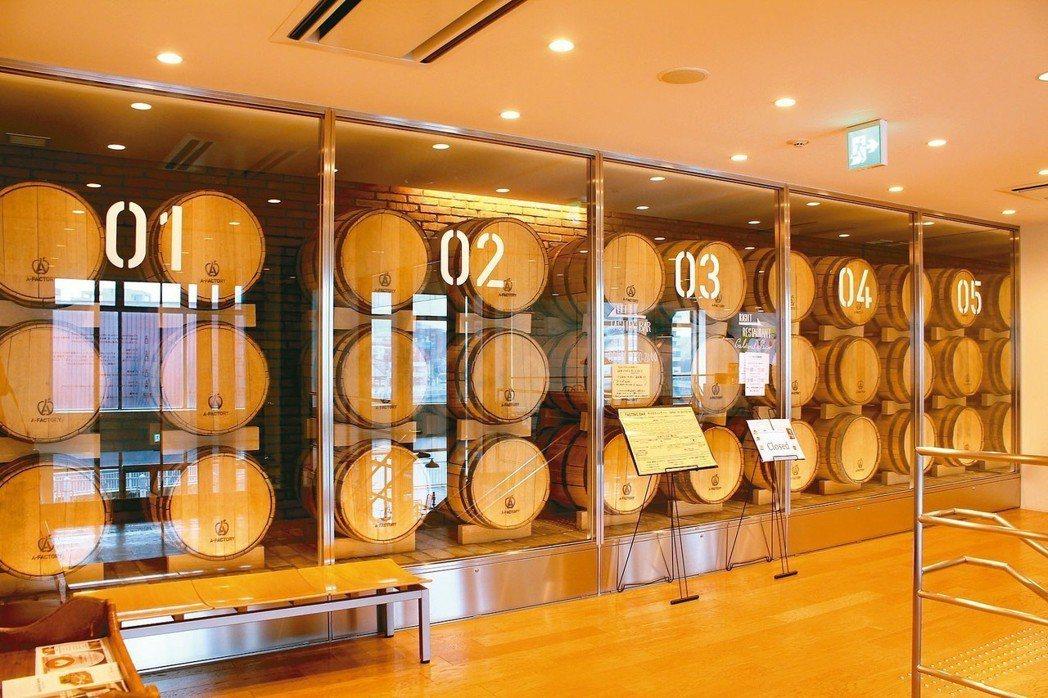 遊客也能從透明玻璃窗外,觀看西打酒整個釀造過程。 ※ 提醒您:禁止酒駕 飲酒過...