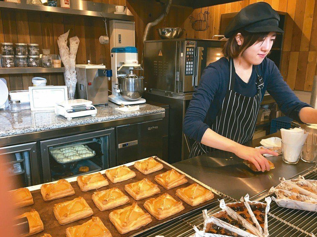 現場烤蘋果派,香味誘人。 記者薛佩玉/攝影