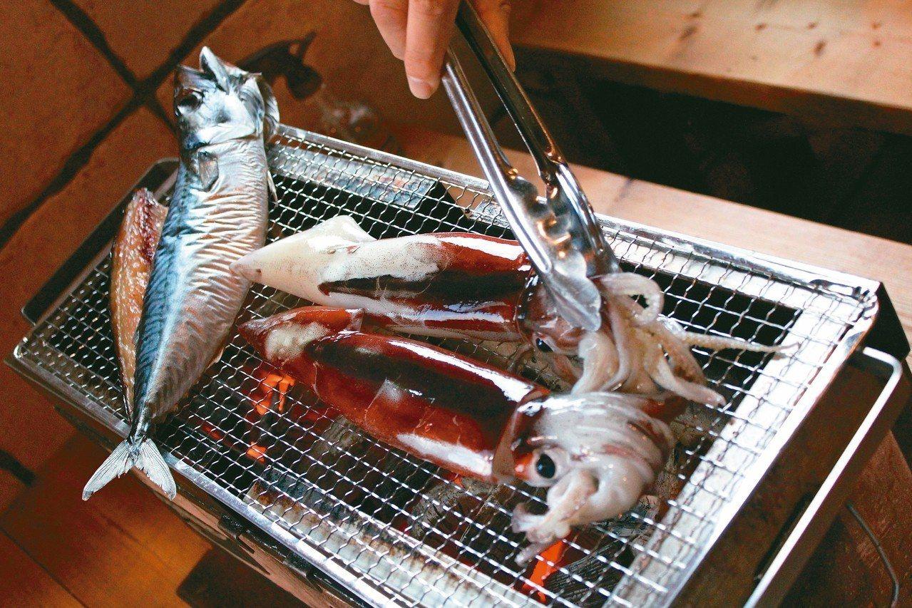 八食中心炭火燒烤區,可現場烤食買來的水產。 記者薛佩玉/攝影