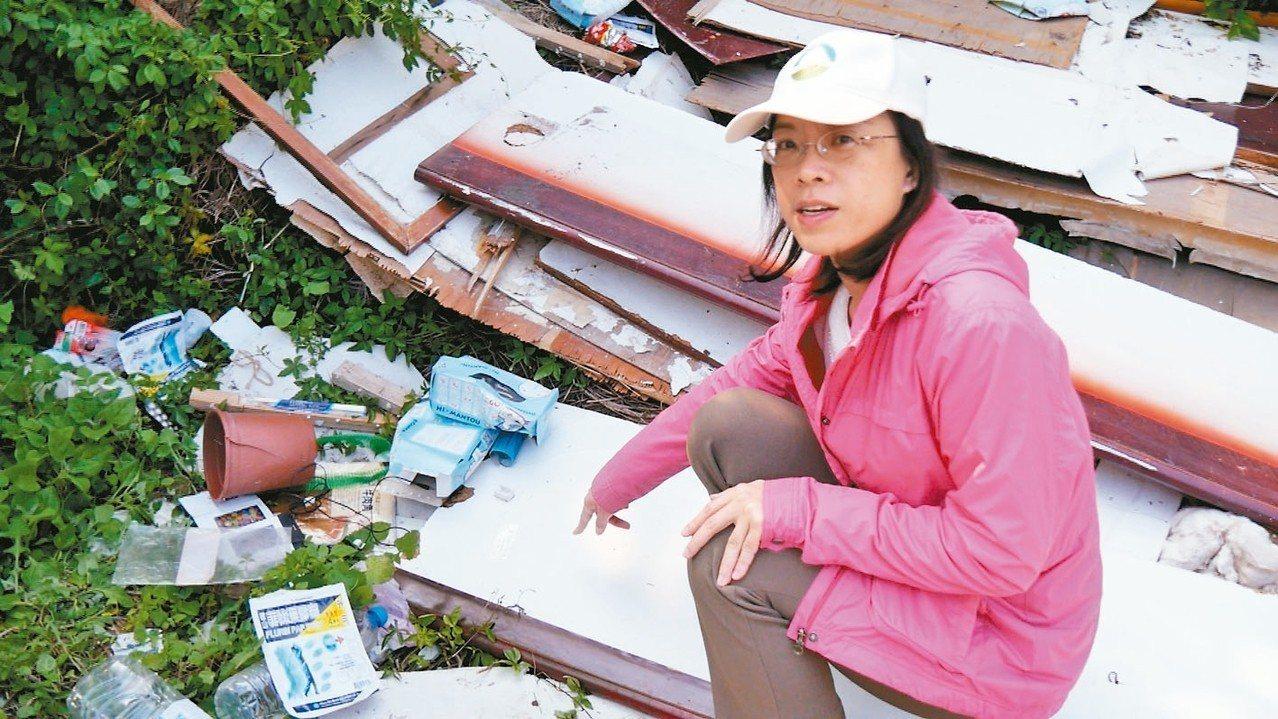 金門古崗村海岸有大量的飯店建築垃圾被棄置在路旁,環保局人員聞訊到場蒐證。 記者蔡...