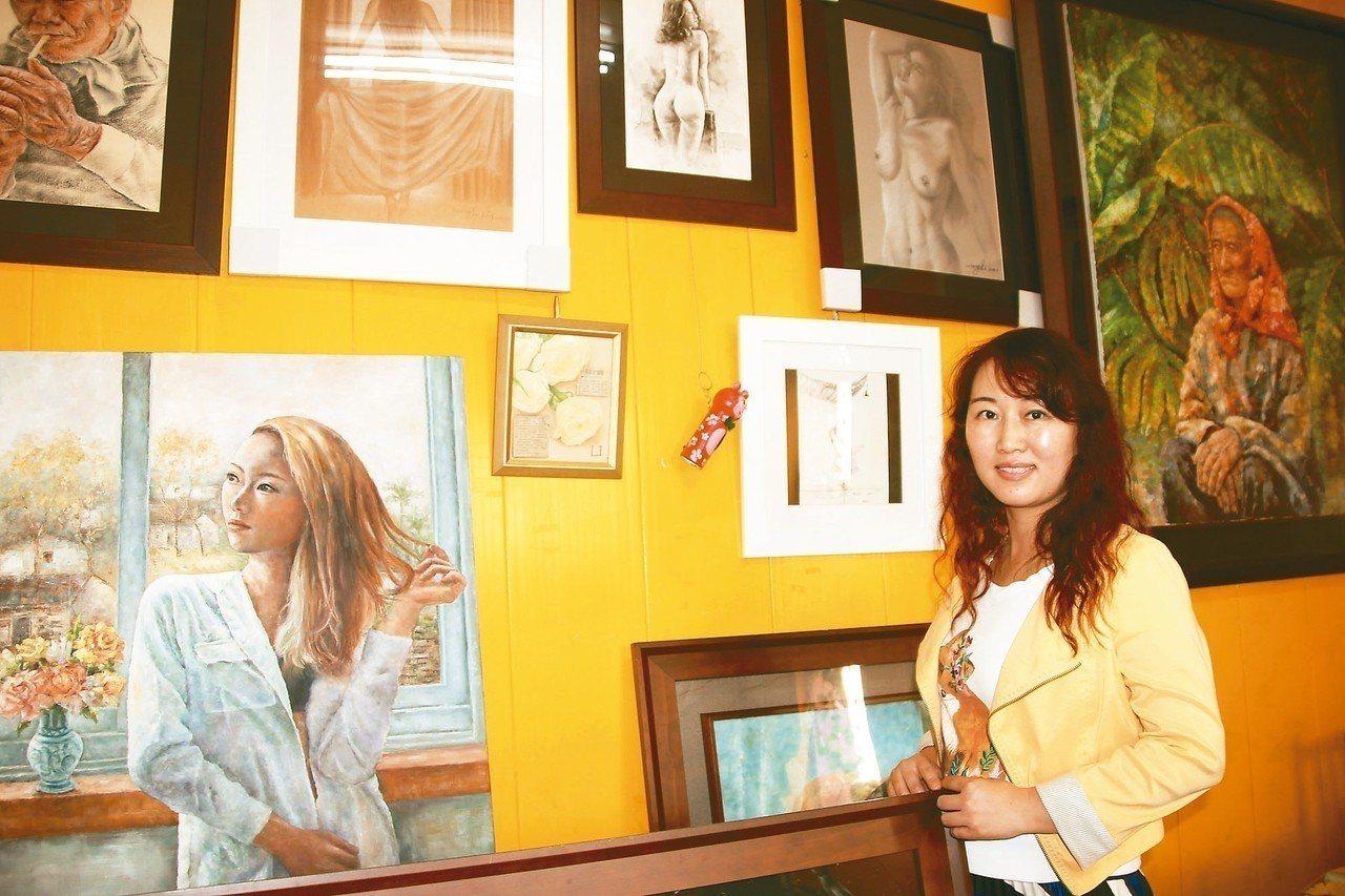 嫁來台灣的王莉6年前開始在彰化偏鄉小學教小朋友畫畫,今年更要出畫冊義賣,將把所得...