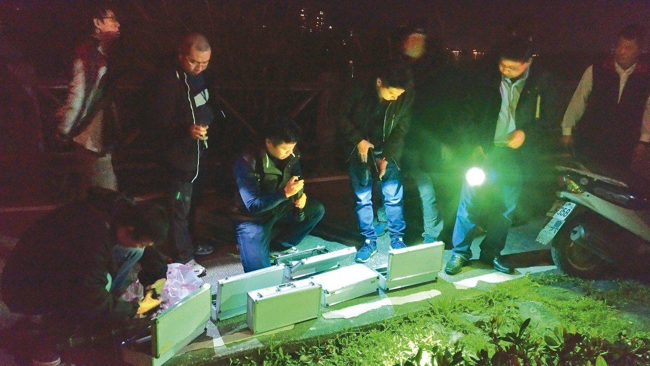 香港女子來台遭男友殺害棄屍,警方摸黑在捷運竹圍站附近搜索遺體。 記者林昭彰/攝影