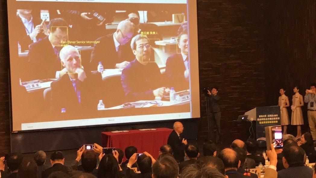 東海大學教師現場示範AI臉部辨識,亞馬遜主管隨即被辨識出來,現場一片掌聲。 記者...