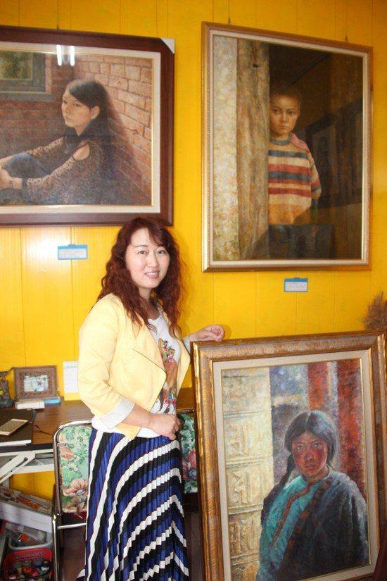 從大陸武漢嫁到台灣18年的王莉,6年前開始在彰化偏鄉小學教小朋友畫畫。記者林宛諭...