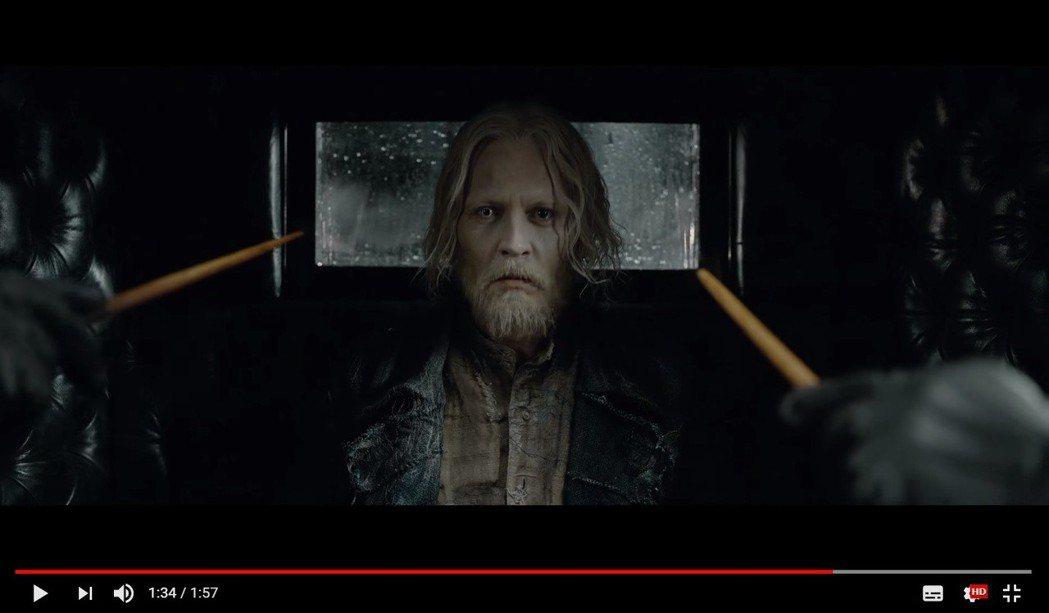 強尼戴普在「怪獸與葛林戴華德的罪行」中的造型宛如「白髮魔男」。圖/擷自YouTu...