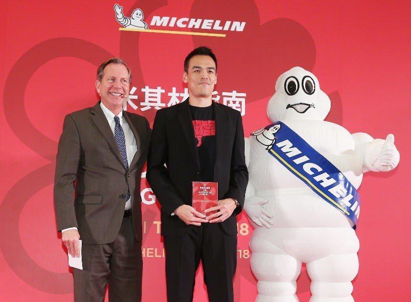 米其林指南國際總監Michael Ellis(左)宣布大腕(中),獲得米其林一顆...