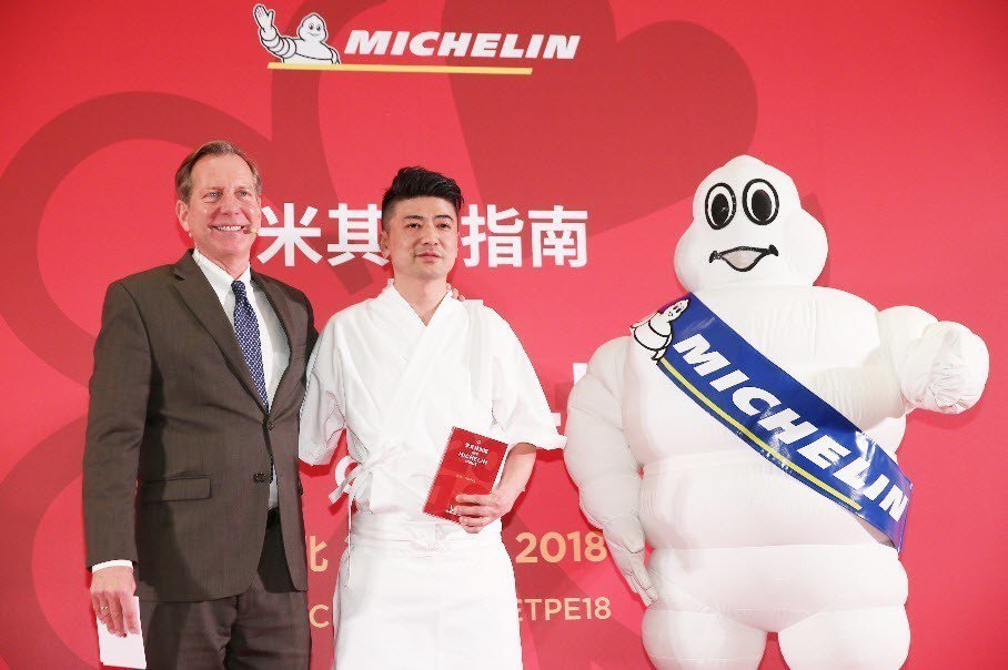 米其林指南國際總監Michael Ellis(左)宣布謙安和(中),獲得米其林一...