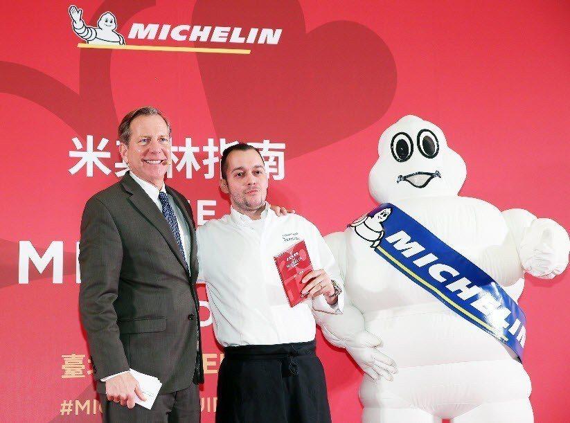 米其林指南國際總監Michael Ellis(左)宣布La Cocotte法式餐...