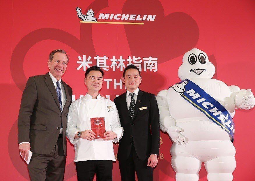 米其林指南國際總監Michael Ellis(左)宣布台北文華東方酒店雅閣中餐廳...