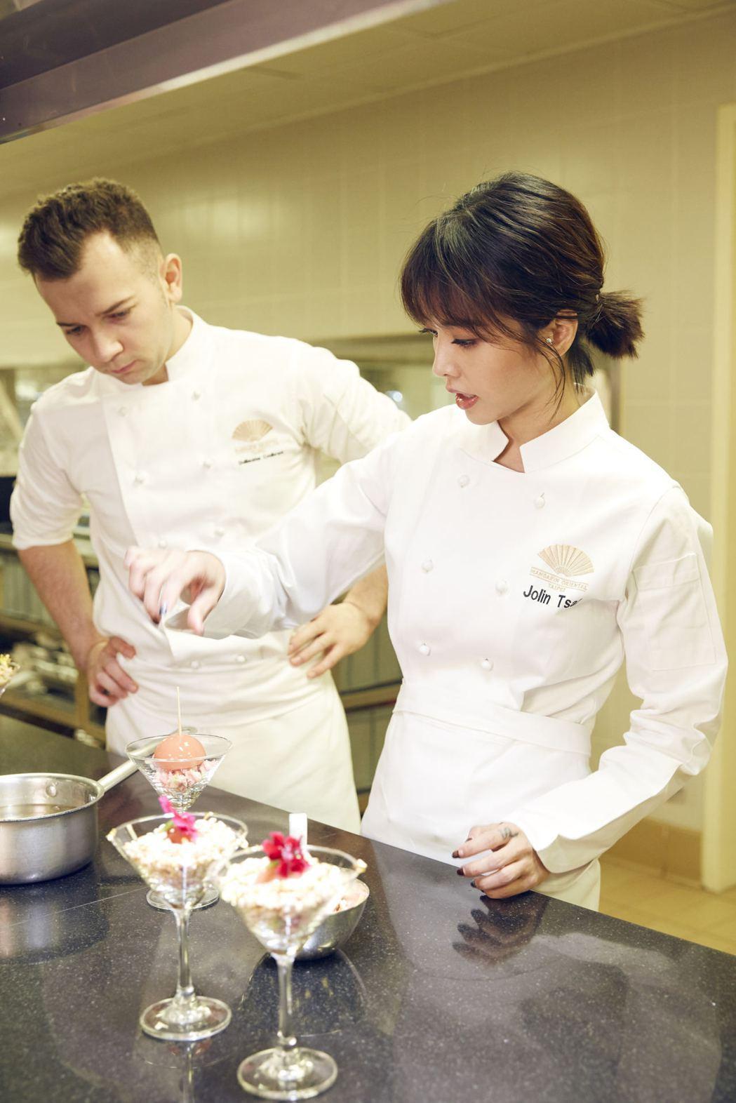 蔡依林(右)與文華東方酒店行政西點副主廚Guillaume Coulbrant聯...