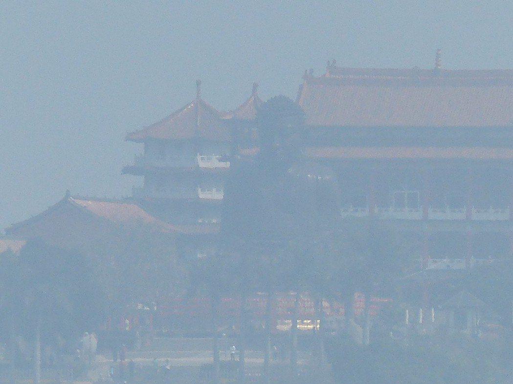 彰化八卦山是知名的地標,在空氣品質不佳時,往往成為空汙判斷的指標。 記者劉明岩/...