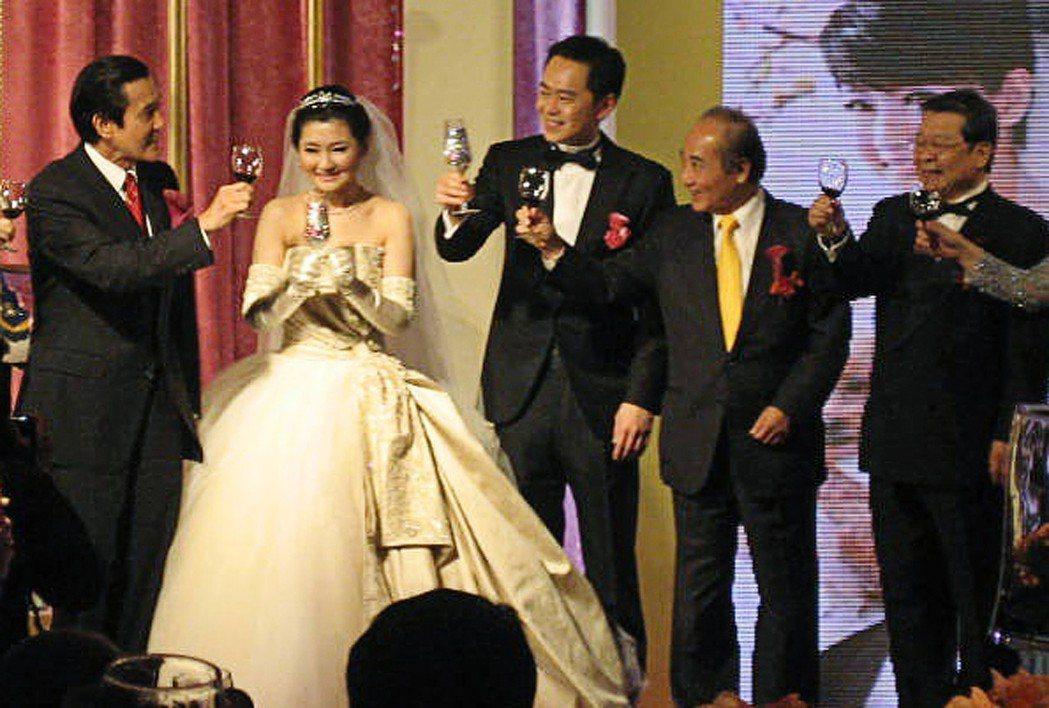 藝人Selina(左二)與張承中(左三)在2011年舉辦婚禮時,由前總統馬英九(...