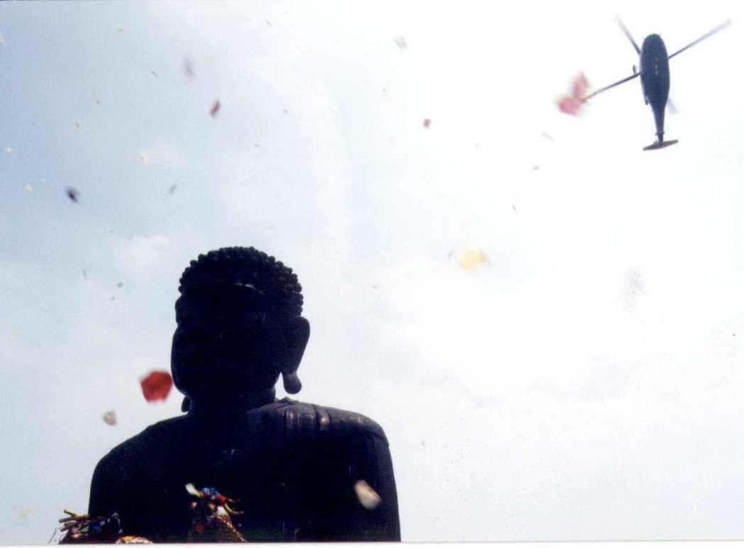 民國88年的「天雨花浴佛」活動,直昇機從空中灑下無數花瓣,造就人工天雨花浴佛盛典...