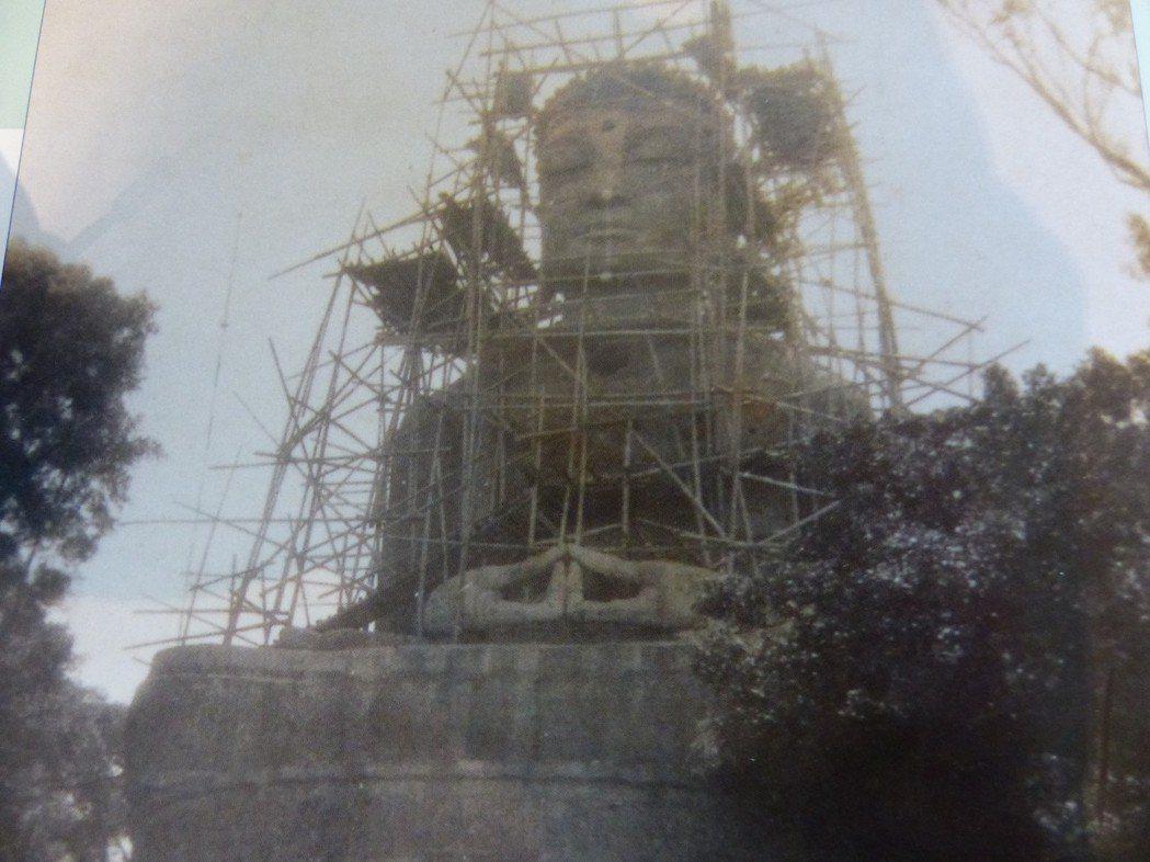 八卦山大佛當年興建時,儘管布滿鷹架,仍難掩其雄偉莊嚴之象。 記者劉明岩/翻攝