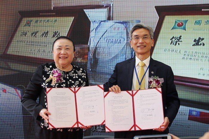 國際會員加特福生技入會簽約,由中興大學校長薛富盛(右)與加特福董事長程伶輝簽署。...