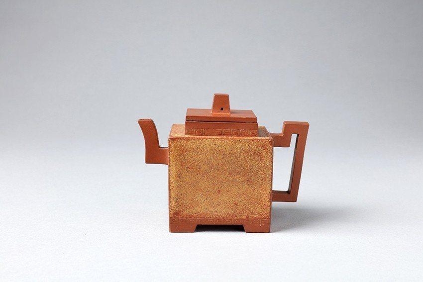 紫砂鋪砂「鄭荊玉製」款四方壺的壺身沾滿細砂,技法有如「豬血糕沾花生粉」,民眾大讚...