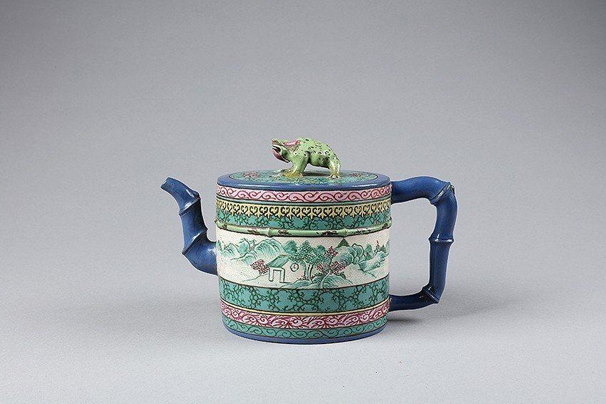 紫砂滿彩「漢珍」款竹節壺的壺鈕為蟾蜍形,被民眾連想到是風靡全臺的手遊「旅蛙」。 ...