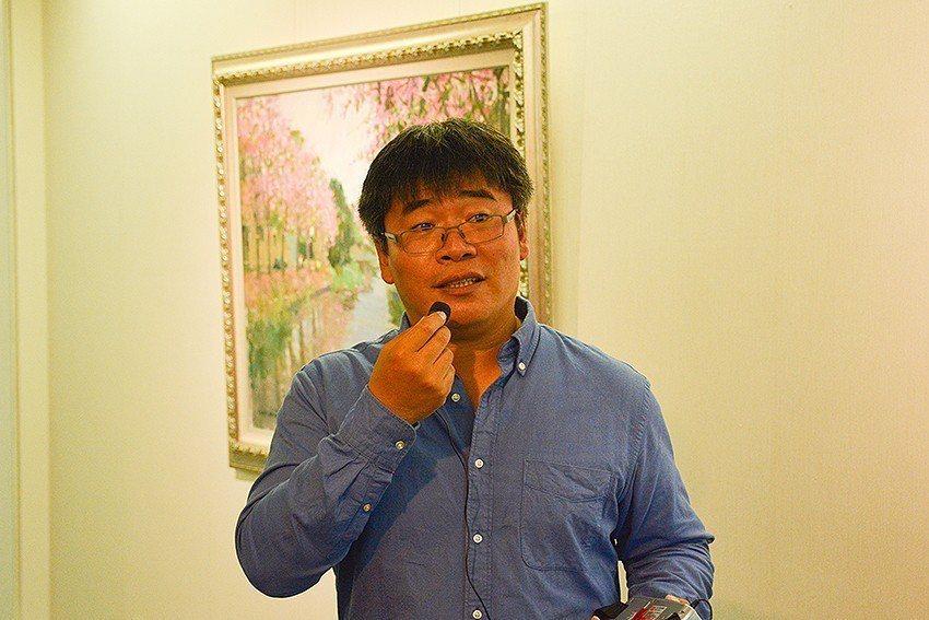 藝術家楊治瑋於開幕茶會後,親自為中華大學師生闡述每一幅畫作的創作意境。 中華大學...