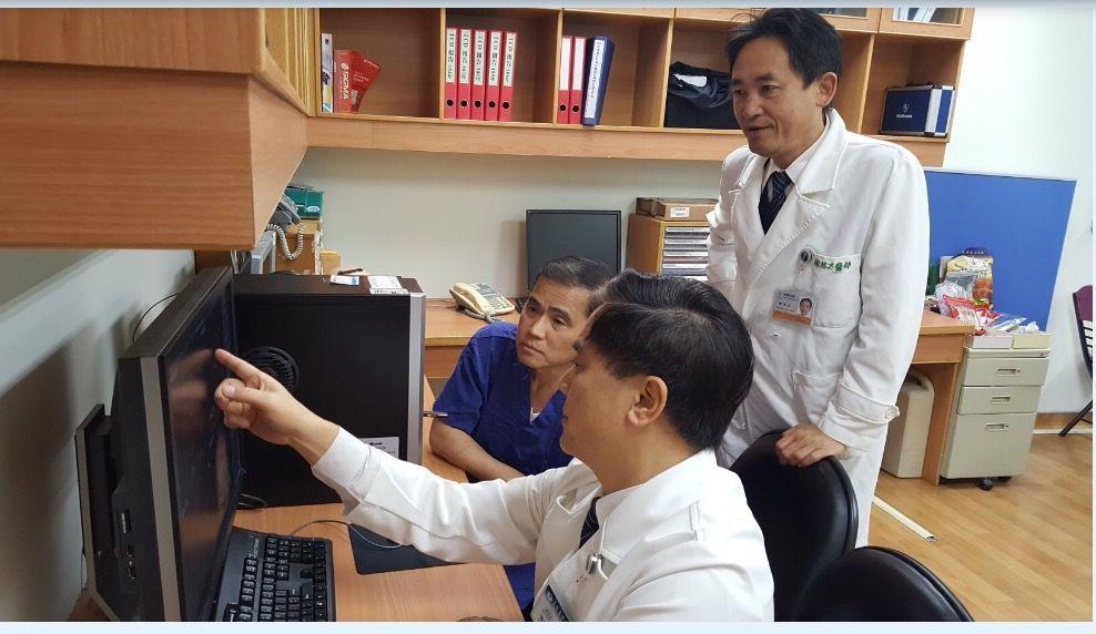 林欣榮院長/院士、邱琮朗神經外科博士、韓鴻志教授,於術前進行多次研討會議。長弘生...
