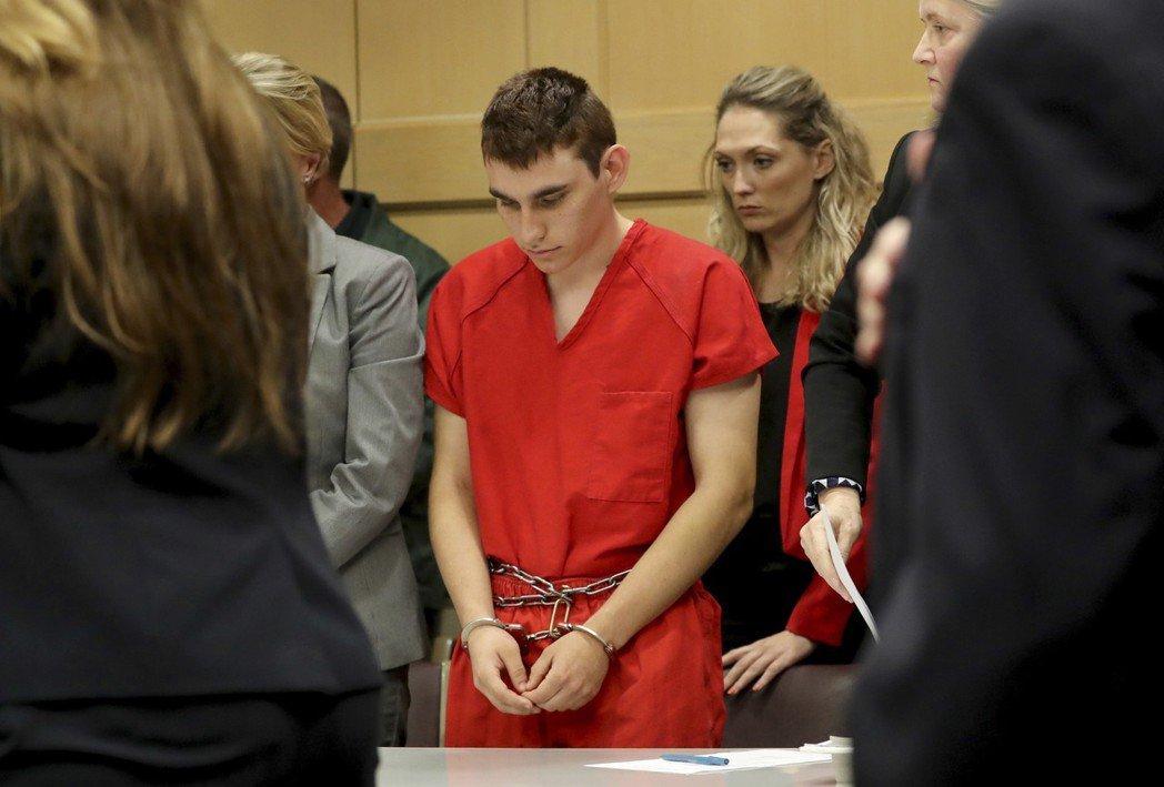 佛州檢察官13日向法院呈交文件,對上月在派克蘭一所高中濫殺17人的槍手克魯茲求處...