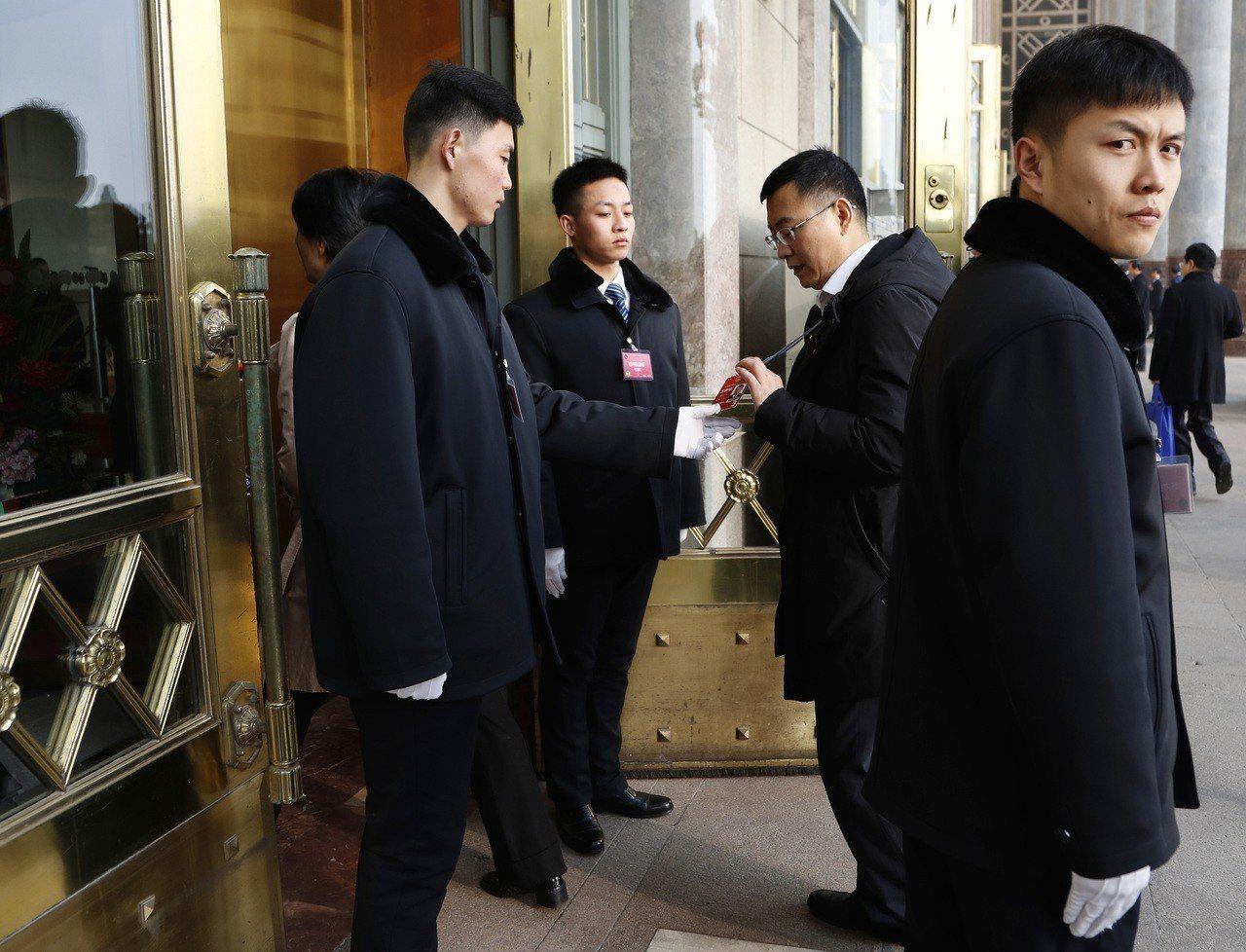 自由亞洲電台報導,中國政治形勢越來越嚴峻。近期,各地司法局向律師發出通知,不准律...
