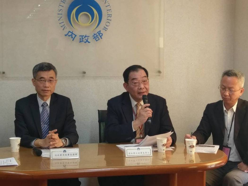 役政署副署長梁國輝(左)說明今年研發替代役徵選事宜。 記者徐偉真/攝影