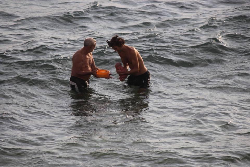 老伯與男子幫助孕婦在海中分娩。圖/取自Hadia Hosny El Said臉書