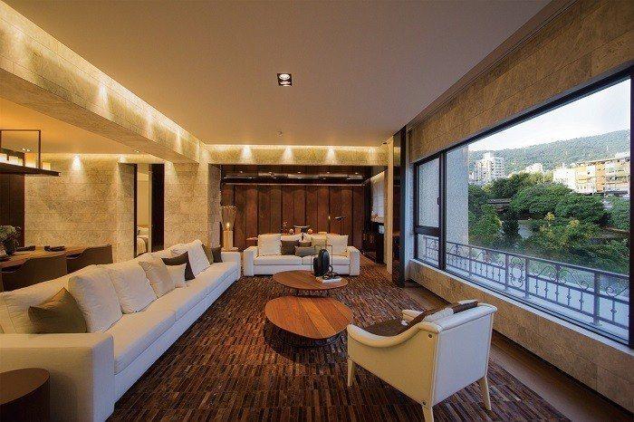 「英格蘭莊園」實品屋內部規劃3大套房+1書房,打造最佳聆賞磺溪的VIP包廂,與自...