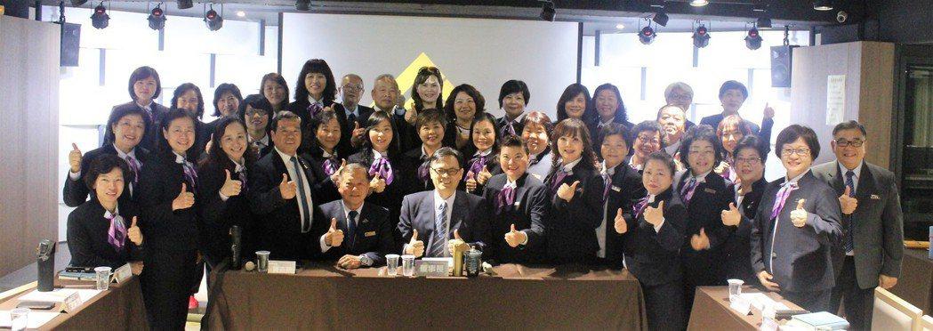 金豐禾企業(股)公司董事長蘇玉麒(前排中)與全省服務中心主管舉行會議。 經濟日報...