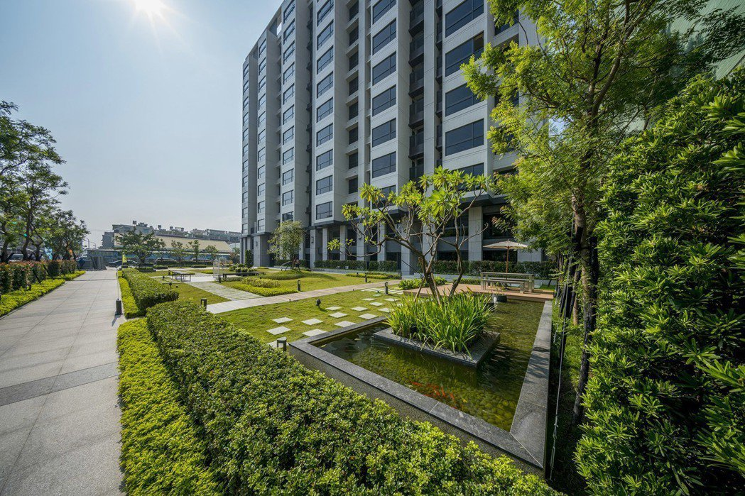 「璟自然」基地前方退縮20米,規劃近350坪綠意庭園。 圖片提供/興璟建設