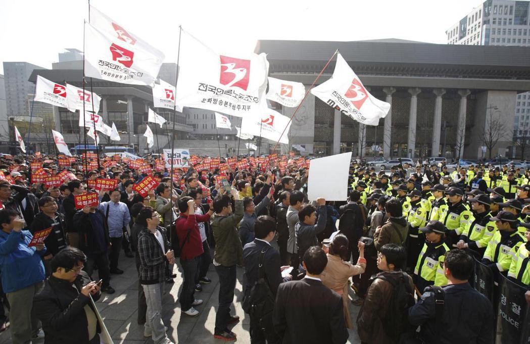 2017年,南韓的兩大公營媒體「文化放送」(MBC)和「韓國放送公社」(KBS)的聯合罷工。圖為2012年,KBS、MBC、YTN三台媒體員工就已開始進行抗爭。 圖/路透社