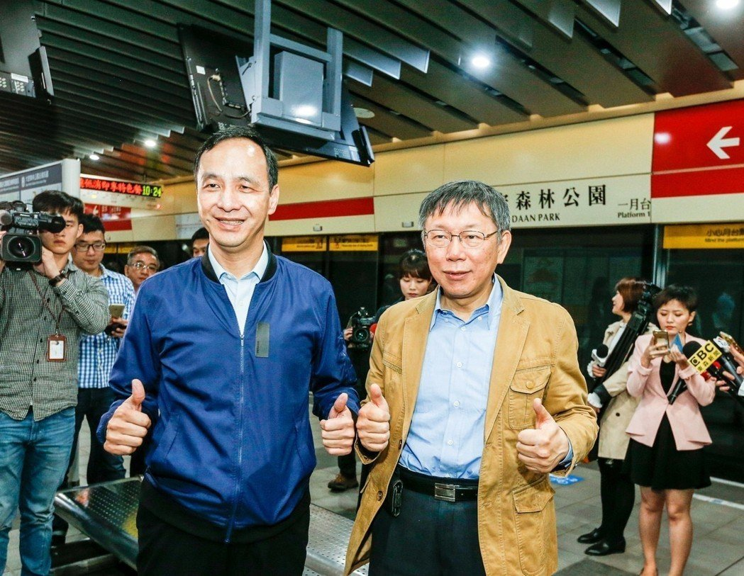 台北市長柯文哲(右)與新北市長朱立倫12日在捷運大安森林公園站宣布,雙北定期票開...
