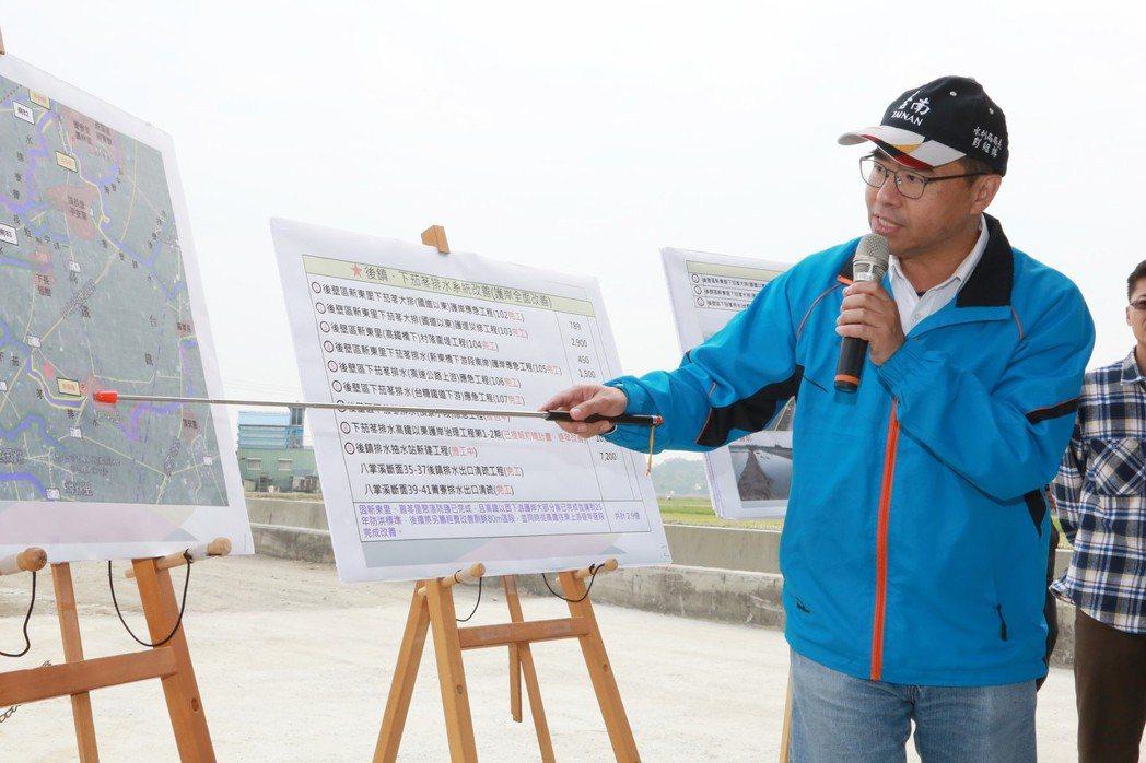 台南市水利局長彭紹博說明後壁區下茄苳排水應急工程。 市政府/提供