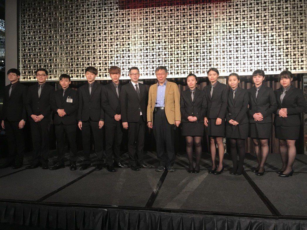 健行科大餐飲系師生此次負責臺北市館公會72周年晚宴接待,表現亮眼。與台北市長柯文...