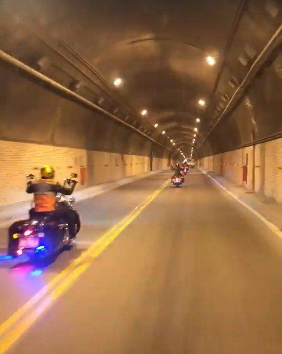 網友行經蘇花隧道時,遇到逆向超車的重機車隊。圖/擷自爆料公社