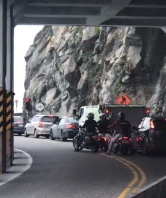 網友行經蘇花公路時,遇到不遵守交通規則的重機車隊,不但在隧道內逆向超車,塞車時,...