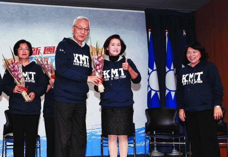黃敏惠(右)在吳敦義(左二)面前宣布參選,讓其他欲參選者認定偏袒。 攝影/郭晉瑋